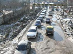 Fără soluţii: Drumul de la Pasarela Şcheia a cedat din nou
