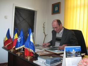 Primarul oraşului Liteni, Mihai Axinte, la birou