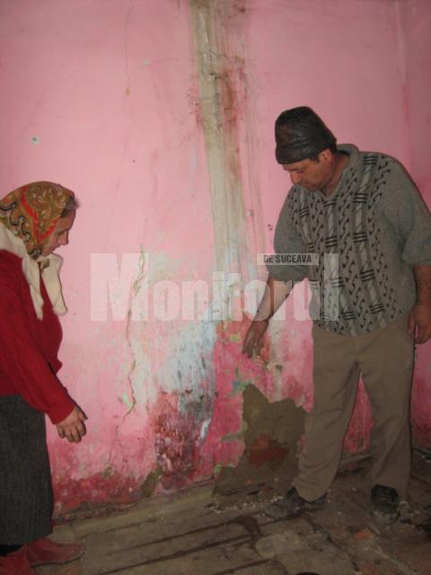 Soţii Gheorghe, în casa avariata de dejecţiile provenite de la o fermă din apropiere