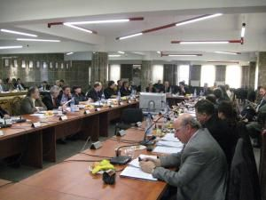 Consilierii locali discutând de privatizarea Termica