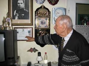 Veteranul Gheorghe Matei şi brevetul medaliei Crucea comemorativa a celui de-al II-lea Război Mondial