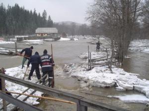 Zăpoare: Noi dinamitări pe râurile Dorna şi Bistriţa