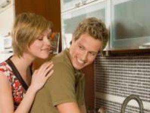 Bărbaţii care spală vasele au o viaţă sexuală mai bună