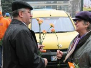 Ion Lungu a petrecut o bună parte din Ziua Femeii în oferind flori şi felicitări doamnelor şi domnişoarelor din Suceava