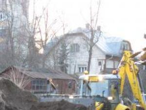 Terenul pe care firma SC Construcţii Strugar SRL vrea să ridice construcţia este străbătut şi de reţeaua de canalizare a oraşului