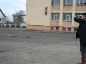 Ion Lungu arătând locul unde va fi construită o sală modernă de sport pentru cartierul Obcini