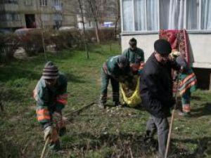 Ion Lungu greblând alături de angajaţi ai Rosal