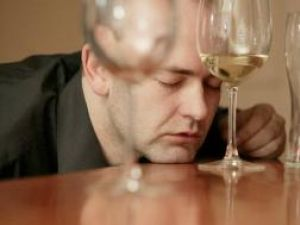 Vinul provoacă mai multe stricăciuni în creier decât berea sau tăriile