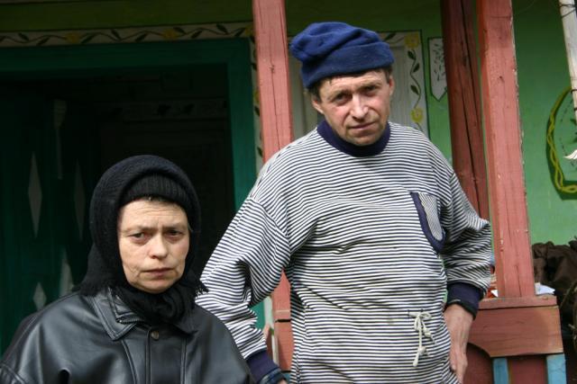 Iacob Macarov şi sora sa susţin că, cu câteva zile înaintea morţii mamei lor, unul dintre vecini i-a ameninţat