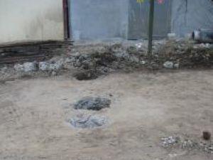 Ţarcul de gunoi ai cărui stâlpi de fier au fost smulşi