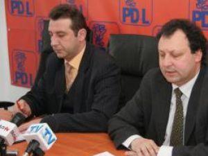 Romică Andreica şi Dumitru Pardău afirmă că instituţia Consiliului Judeţean a efectuat plăţi în lei prin bănci comerciale şi nu prin Trezorerie