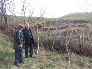 Ion Lungu studiind alunecările de teren de pe Dealul Teodoreni