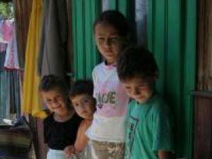 Îngrijorător: Aproape 4.000 de copii au ambii părinţi plecaţi în străinătate
