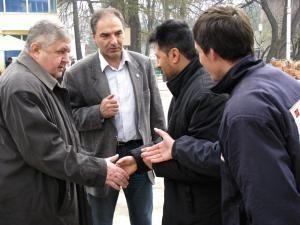Gavril Mîrza şi Vasile Vargan, discutând cu doi câmpulungeni