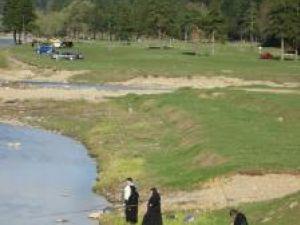 Pescari în straie monahale: Stareţa de la Voroneţ, la pescuit pe malul Moldovei