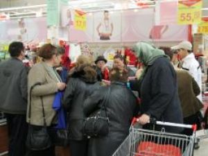 De la prima oră: Pensionarii au luat cu asalt magazinul Carrefour