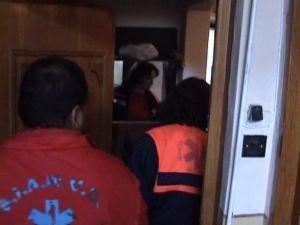 Prizonier în propria casă: Bătrân imobilizat la pat, scos din casă cu ajutorul pompierilor