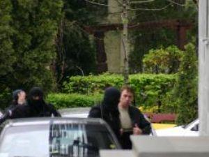 Unul dintre suspecţii aduşi sub escortă