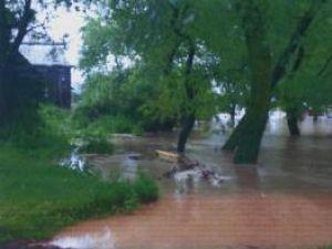 La Milişăuţi şi Iaslovăţ: Gospodării şi drumuri inundate după o rupere de nori
