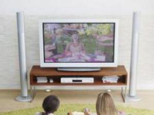 Privitul la televizor dăunează şi relaţiilor dintre copii şi părinţi Foto: Ojo Images
