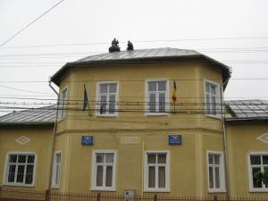 Virgil Feraru şi Puiu Viorel Bâclea s-au urcat pe acoperişul Primăriei Arbore
