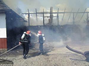Incendiu: Gospodărie distrusă de flăcări, din cauza unui scurtcircuit electric