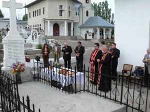 Urnele funerare au fost depuse, ieri, în cripta familiei Lovinescu de la Cimitirul Grădini din Fălticeni