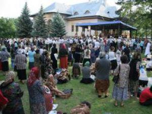 Sute de credincioşi s-au adunat pentru slujba de priveghere