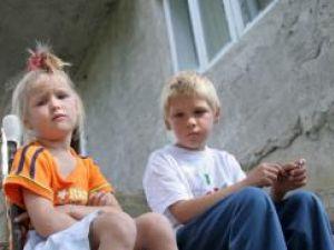 Cei doi fraţi vor să meargă la şcoală împreună în clasa I
