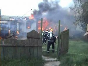 Flăcări cât casa: Gospodărie făcută scrum, din cauza unei prize defecte