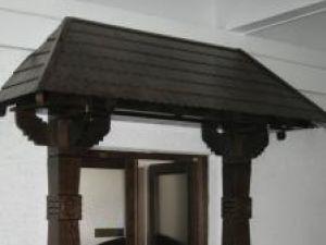 Poarta bucovineană, la intrarea în antecamera biroului lui Gheorghe Flutur