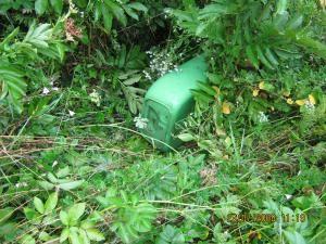 Coş de gunoi care a fost rupt şi aruncat