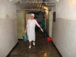 O parte din personalul spitalului a fost antrenat, alături de pompieri, în munca de evacuare a apei
