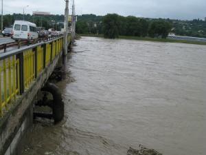 Podurile de la Burdujeni şi Iţcani, ameninţate de vâltoarea apelor