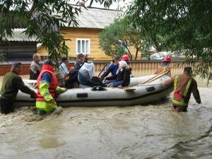 Sinistraţii din Ţibeni, salvaţi de pompieri