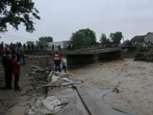 Podul de la Marginea a fost rupt de viitură