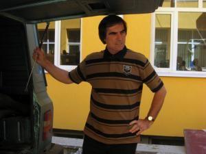 Directorul DSV, Petrea Dulgheru, lângă maşina în care se afla carnea de cal confiscată