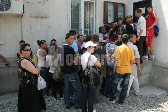 Sute de persoane se înghesuie la sediul Serviciului Public Comunitar Regim Permise de Conducere şi Înmatriculare a Vehiculelor Suceava