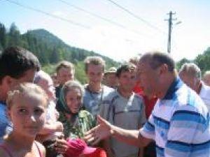 Preşedintele Băsescu de vorbă cu sinistraţii din Nisipitu
