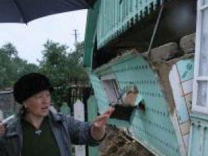 Bani: Pentru casele afectate, Guvernul dă materiale şi plăteşte manopera reconstrucţiei