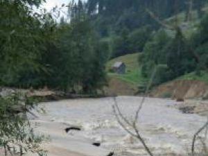 Ajutor: Firmele din afara judeţului ar putea fi chemate să refacă infrastructura distrusă de ape
