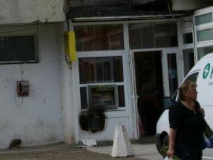 Hoţii au făcut o gaură pentru a ajunge la bancomat, însă au fost puşi pe fugă de sistemul de alarmă
