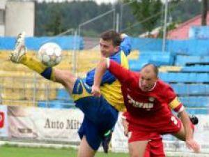 Bukvic (în galben albastru) s-a luptat din greu cu jucătorii adverşi