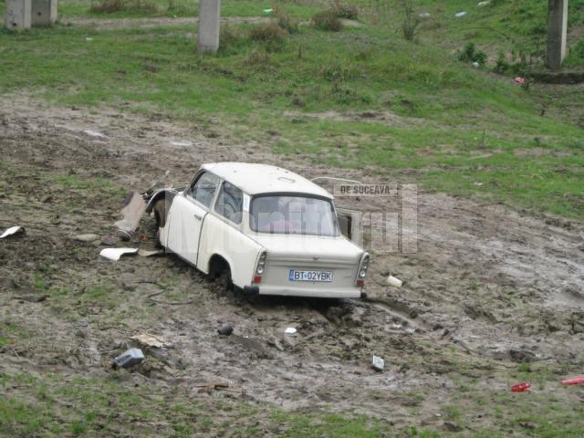 Abandon: Cimitir de maşini sub podul de peste apa Sucevei