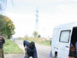 Demonstraţie: Jefuitori înarmaţi şi un evadat, prinşi de jandarmi