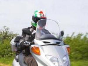 Viaţa pe scuter: Tinerii cu motoscutere, chemaţi de poliţie în faţa Casei de Cultură Suceava