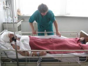 În momentul în care a fost adus la spital bărbatul se afla în stare de comă şi mirosea puternic a alcool