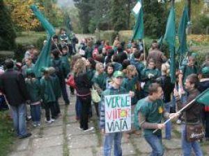 Sute de tineri au protestat ieri împotriva distrugerii Parcului Şipote în interesul dezvoltatorilor imobiliari