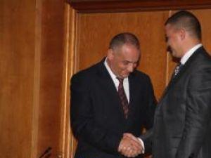 Alexandru Băişanu felicitându-l pe succesorul său, Ovidiu Doroftei