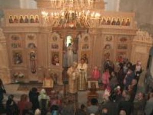 """Zeci de credincioşi, la slujba arhierească săvârşită în biserica-monument """"In memoriam"""